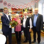 Gruppenbild mit Bürgermeister Dr. Christian Lange, Ladenchefin Angelika Muthmann, Wolfgang Grader (Grüne/GAL) und Ulrich Frey (Vorstand von Solidarität in der Einen Welt e.V.)
