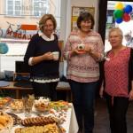 Frauen unter sich: Heidi Weiß und Margit Meier (beide Fairhandelszentrum Langquaid) mit Angelika Muthmann